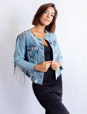 Vestido de renda com blusa jeans