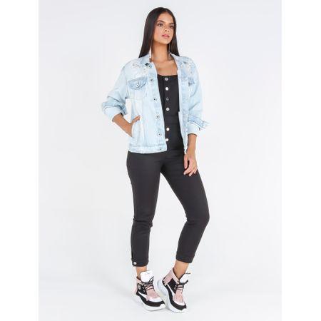 Jaqueta jeans com adesivo flamingo e aplicação de transfer