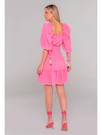 Vestido-Curto-Com-Babados-No-Decote-Rosa